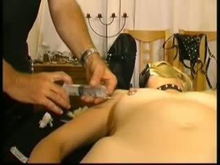Masked amatur slavegirl dalam saline injections