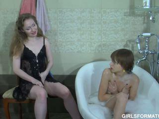 Two cachonda lesbianas jugar con cada otros muff en baño
