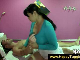 Uly emjekli aziýaly masseuse offers a el bilen işlemek