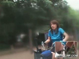 Aziatike adoleshent sweeties kalërim bikes me dildos në e tyre cunts