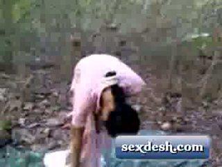 Desi jong dorp meisje geneukt in mango tuin