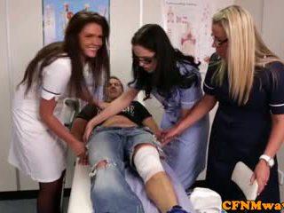 Nurses adele ir emma tugging varpa sunkus