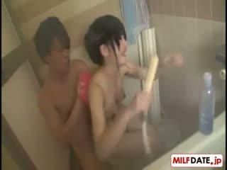 Taking bath -val nagy csöcsök japán anya