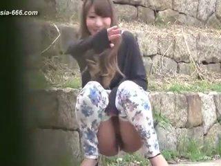 Ķīnieši meitenes iet līdz toilet.3