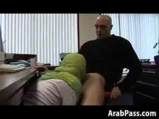 Broke arab fucks في an مكتب إلى نقود