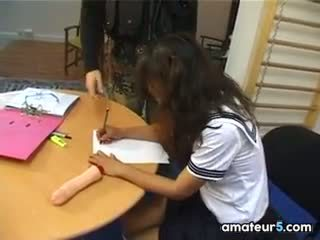 ขี้เหร่ เอเชีย เด็กนักเรียนหญิง ใน a แก๊ง bang