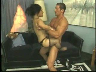 Bridget il nano scopata con un giovane stallone