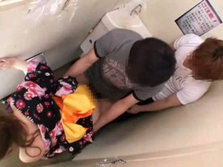 Peloté et baisée sur public toilettes