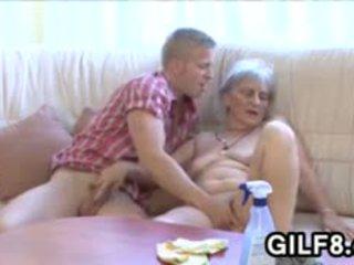 老 清洁的 女士 gets 性交 由 一 年轻 guy