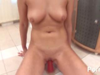 Roztomilý blondýnka pleasures ji kočička s růžový dildo