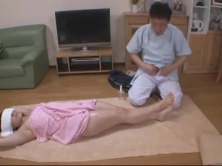 Legat la ochi nevasta molested de hotel masseur