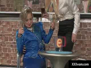 Freaky csaj pincérnő és egy hercegnő mint dressed vásárló ruin minden mások clothes -val víz