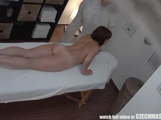 Busty máma jsem rád šoustat gets fucked během masáž