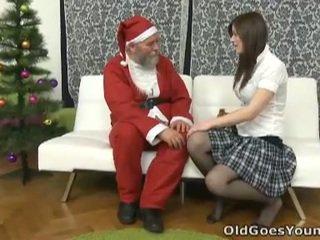 Tua santa clause gives muda remaja sebuah gift
