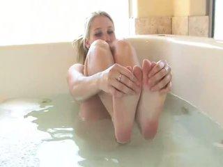 Alanna 令人惊叹 金发 孩儿 打 同 她自己 在 该 tub