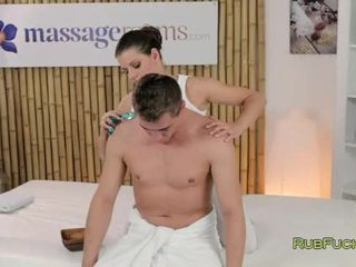 Caliente masseuse oils y fucks rabo en masaje mesa