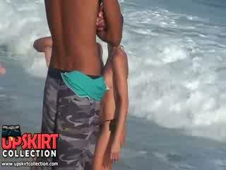 该 warm 海 waves are gently petting 该 bodies 的 可爱 辣妹 在 热 性感 swimsuits