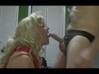 Blondinke crossdresser blows velika tič težko