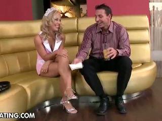 Fassinating: arrapato bionda cameriera gets dolce culo trapanata