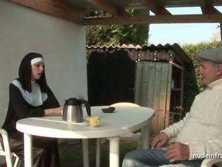젊은 프랑스의 수녀 엿 단단한 에 삼인조 와 papy 뱃사공