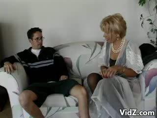 Perempuan tua gadis nakal zarina gets bokong kacau oleh dork