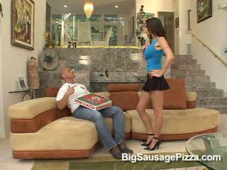 ホット ブルネット does フェラチオ のために guy とともに ピザ 上の コック 同時に kneeling