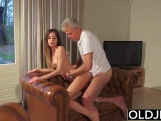 Old and young porno - bayisitter burungpun fucked by old man and swallows cum