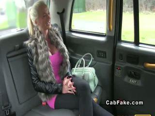 Busty finský blondýnka bangs v taxi anální realita