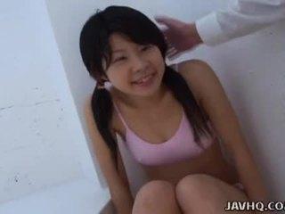 Asiatiskapojke tonårs sugande det som hård som hon kan