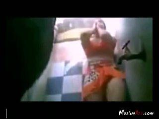 Hijab puta tries para caralho em quarto de banho