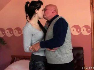 Veldig gammel bestefar loves tenåring jente