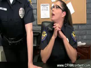 The поліція frisk їх для грубий dongs для смоктати на на the станція