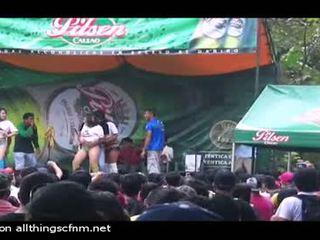 Stripped onstage de dansand fierbinte pui