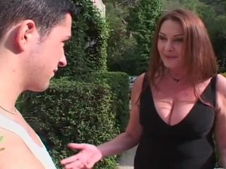 Hooters loira milf entices enorme jovem caralho para caralho dela peluda cona