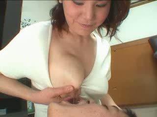 Japoniškas mama breastfeading video