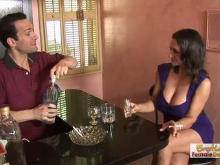 Barman can't 저항 이 cougars 거대한 분열