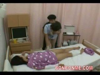 Enfermeira punhetas em frente de esposa 01
