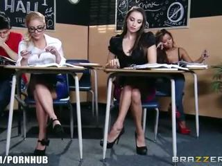 Uimitor bruneta scolarita seduces ei fierbinte blonda classmate