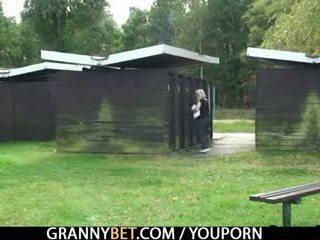 Blondinė senelė gets screwed iki a stranger