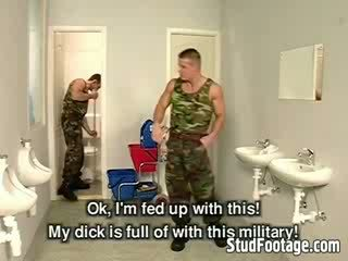 Trois militaire guys sucer chaque autres dicks et obtenir baisée en la salle de bain