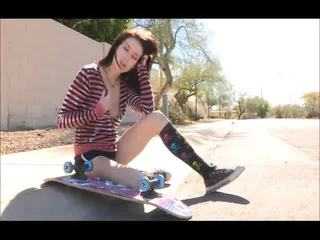Aiden onto de straat skateboarding en uitkleden bare
