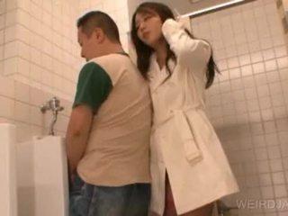 Bitchy asiatisch teen gives blowjob im öffentlich