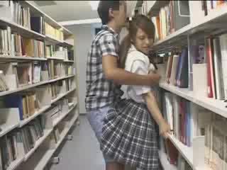 Kvinne kvinne used i den skole bibliotek