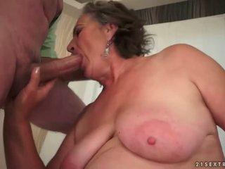 Karvane granny enjoying jälk seks