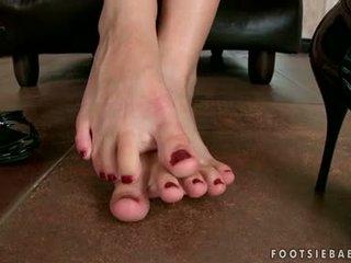 Sexig blondin nymph abbie cat caresses henne sexig sexig fötter och begins till gets kåta