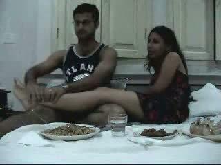Indisch newly getrouwd koppel enjoying hun honeymoon deel 2