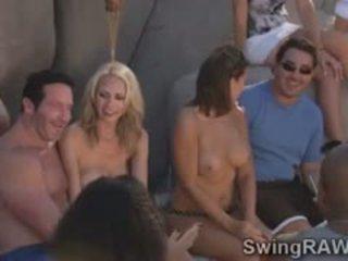 שובבי מפרפר couples יש לי פרועה מסיבה ב the בריכה
