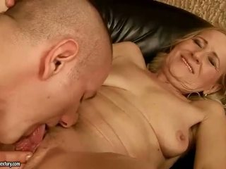 Sensuous grandmother dicklicking 和 制造 爱 youthful snake