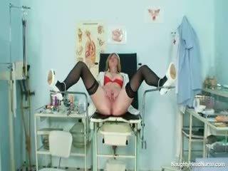 Blondinė didelis papai milf išskėtimas putė apie ginekologo kėdė
