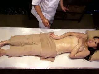 전문 대학 소녀 reluctant 오르가슴 로 masseur